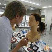 宇和島美容学校:眉を描く